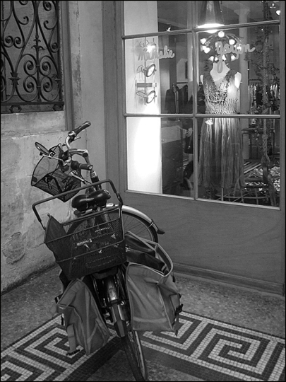 Stop. Is that Bel' Occhio Virginia's bike at Galerie Vivienne?