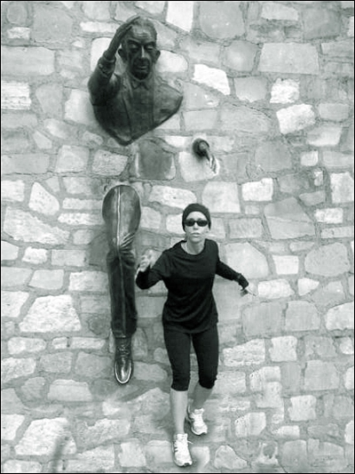 Sister Wendy training with Le Passe Muraille in Montmartre