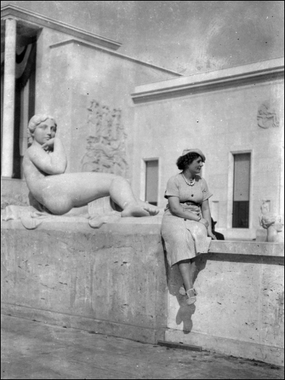 Looking Elegant at the Palais de Tokyo, Exposition Internationale, 1937 (Image: Le chronoscaphe)