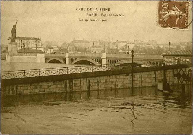 LA STATUE DE LA LIBERTÉ, PONT DE GRENELLE, ÎLE DES CYGNES, PARIS (Image: T. Brack's archives)