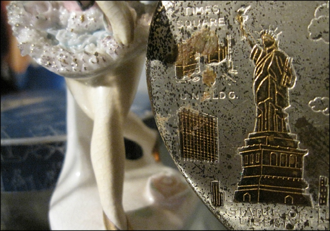 STATUE OF LIBERTY, NEW YORK CITY, HEART-SHAPED COMPACT MIRROR, 1950S