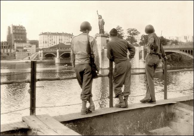 LA STATUE DE LA LIBERTÉ, PONT DE GRENELLE, ÎLE DES CYGNES, PARIS SEPTEMBER 1, 1944 (T. BRACK'S ARCHIVES)