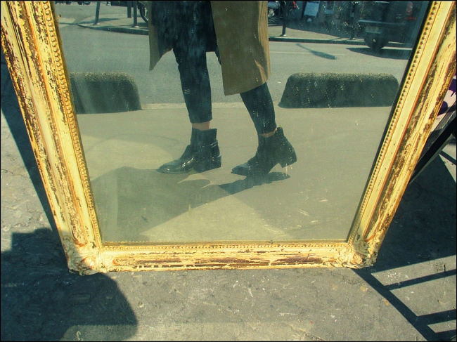 Suited with waterproof shoes and sponge-like senses (Porte de Vanves Flea Market, Photo by T. Brack)