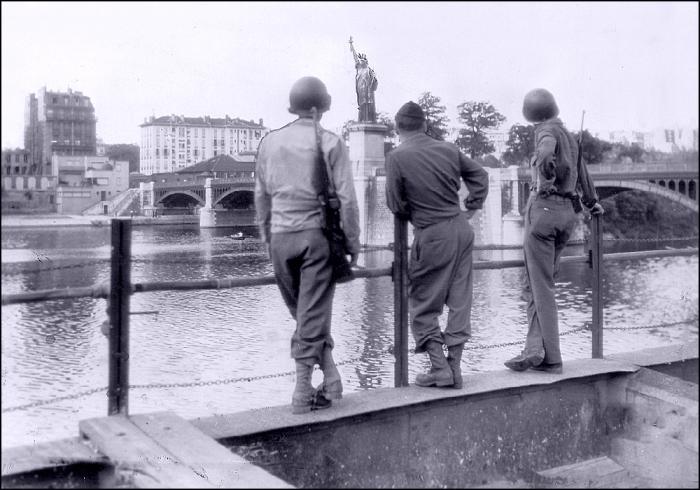 La Statue de la Liberté, Pont de Grenelle, Paris (Image: T. Brack's archives, September 1, 1944)
