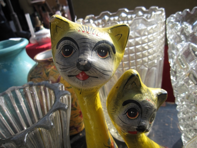 Two Mellow Yellow Fellows, Marché aux Puces de Vanves (Photo by T. Brack)