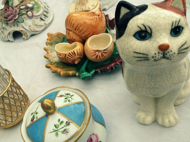 Collect one kitten, and you may want the entire lot, Marché aux Puces de Vanves (Photo by T. Brack)