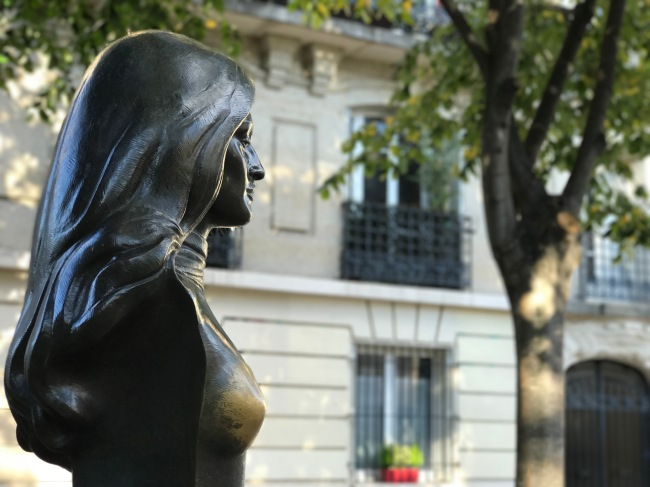 Dalida in the dappled sunlight at the junction of rues Girardon and Abreuvoir, sculpture by pinup artist Alain Aslan (Photo by T. Brack)
