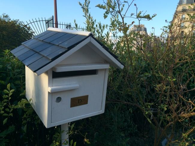 Missing Queen D? Send a letter to her mailbox in the Cimetière de Montmartre(Photo by T. Brack)